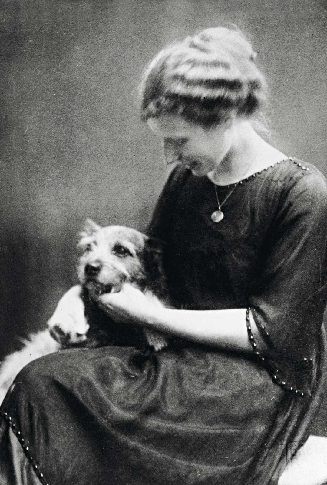 """Agnes Sjöberg pukeutui väitöstilaisuudessaan vuonna 1918 frakin sijasta silkkileninkiin, vaikka häntä oli Saksassa opastettu """"toimimaan kuin muutkin herrat""""."""