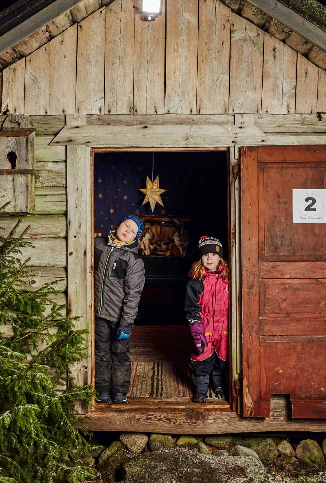 Sisarukset Niilo ja Emma Pirttikoski tulivat seimipolulle yhdessä isänsä kanssa.