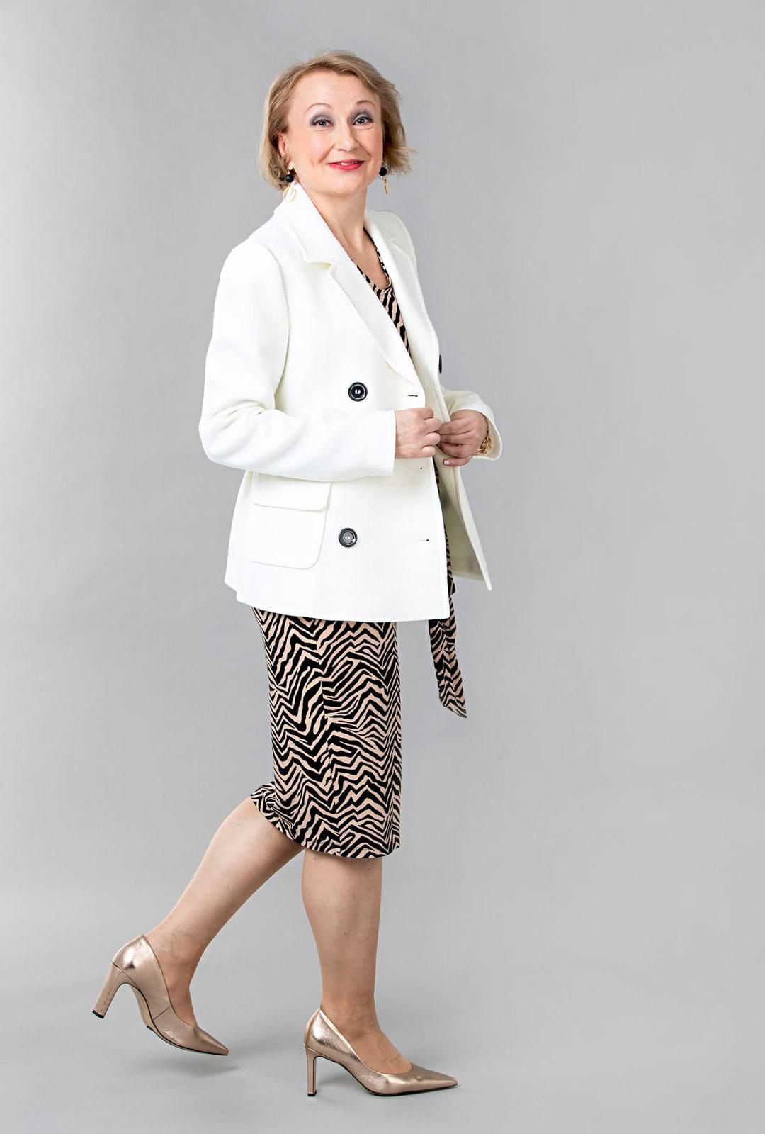 Eläinkuosi sopii aikuisen naisen tyyliin. Valkoinen bleiseri rauhoittaa ja raikastaa seeprakuosin. Joustavaa materiaalia oleva mekko on malliltaan pelkistetty ja myötäilee kauniisti vartalon muotoja.