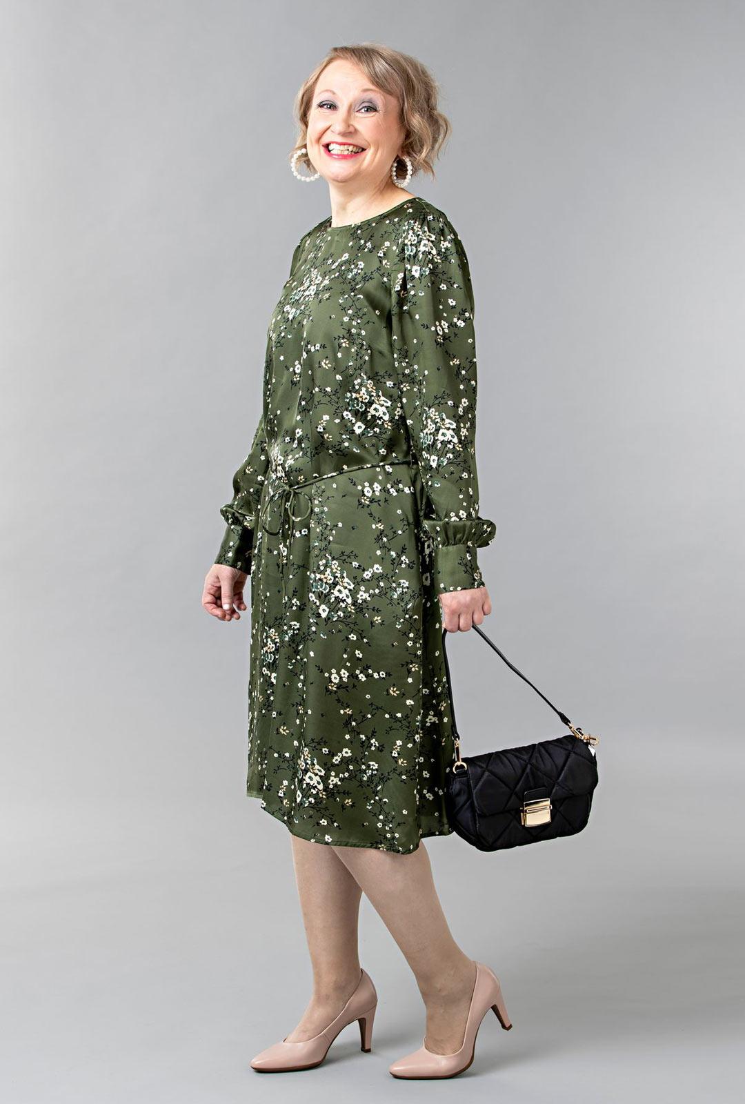 Musta on suosittu juhlaväri. Jos haluat erottua joukosta, pukeudu vaihteeksi vihreään. Viskoosisatiini laskeutuu kauniisti päällä. Mekossa on levenevä helma ja hartialinjaa korostavat hihapoimutukset.