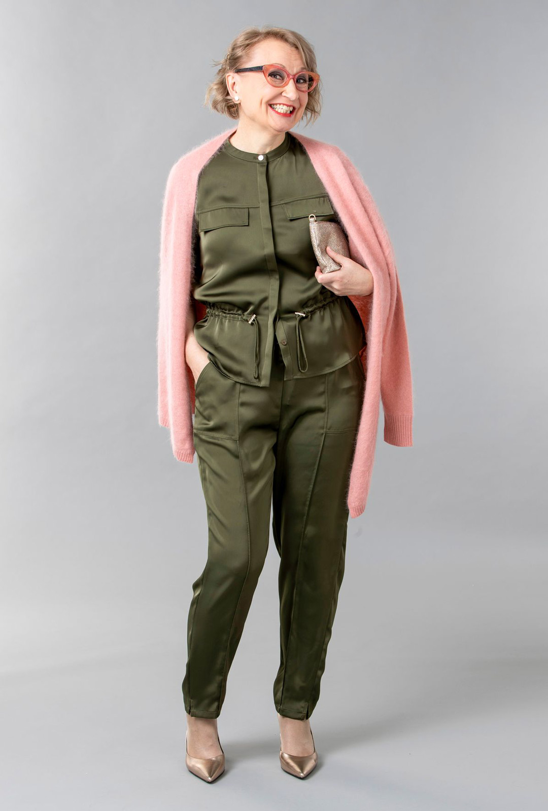 Vihreä jakkuhoususetti helpottaa pukeutumista, kun ei tarvitse miettiä osien yhteensopivuutta. Pukeutumalla samaan väriin näyttää myös visuaalisesti pidemmältä.