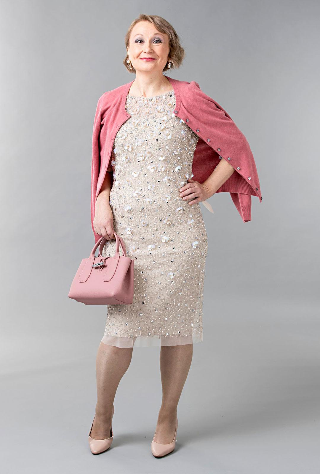 Paljettimekko on trendikäs ja samalla klassinen. Yksinkertainen malli ja vaalea väri toimivat sekä talvi- että kesäjuhlassa.