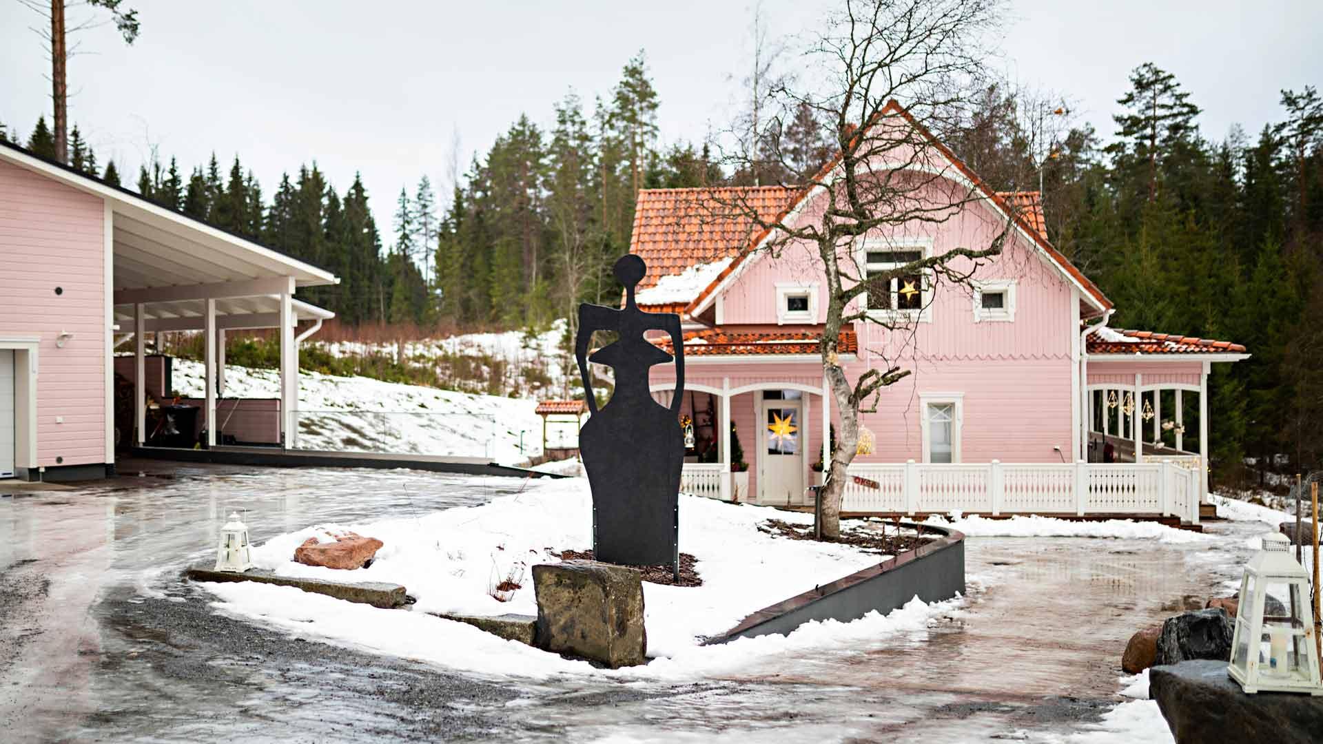Pihaa komistava Astuvansalmen amatsoni on kuvataitelija Anne Mäkeläisen tekemä.