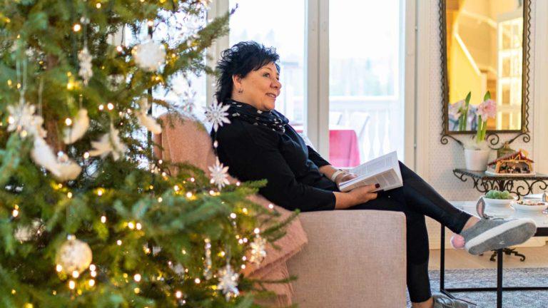 Armi Salo-Oksa viihtyy jouluna yksinkin. Sohvalla on mukava lukea kirjaa ja nauttia tunnelmasta.