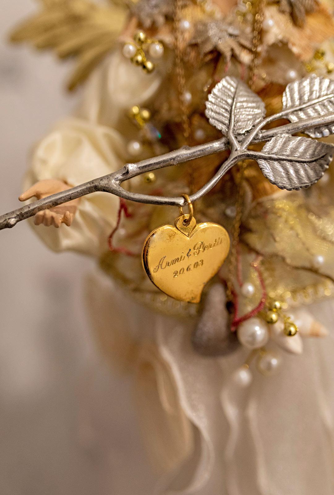 Sydän ruusuineen muistuttaa hääpäivästä.