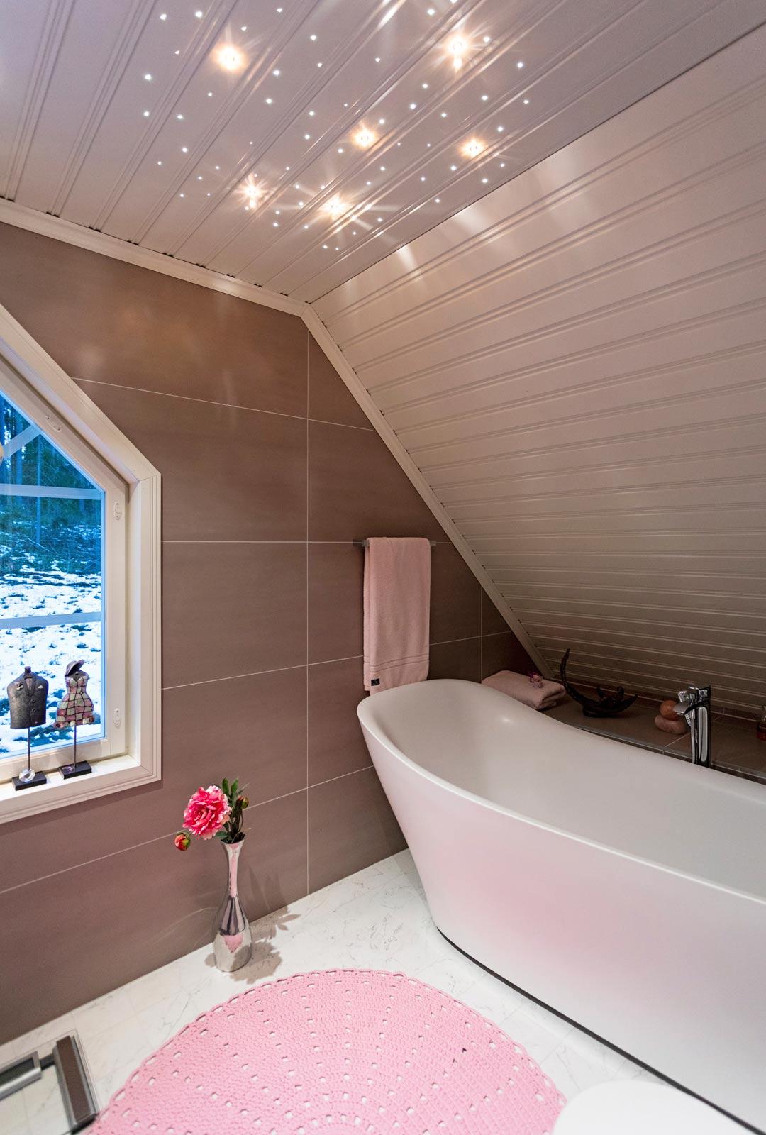 Kylpyhuoneessa voi ihailla tähtiä katossa.