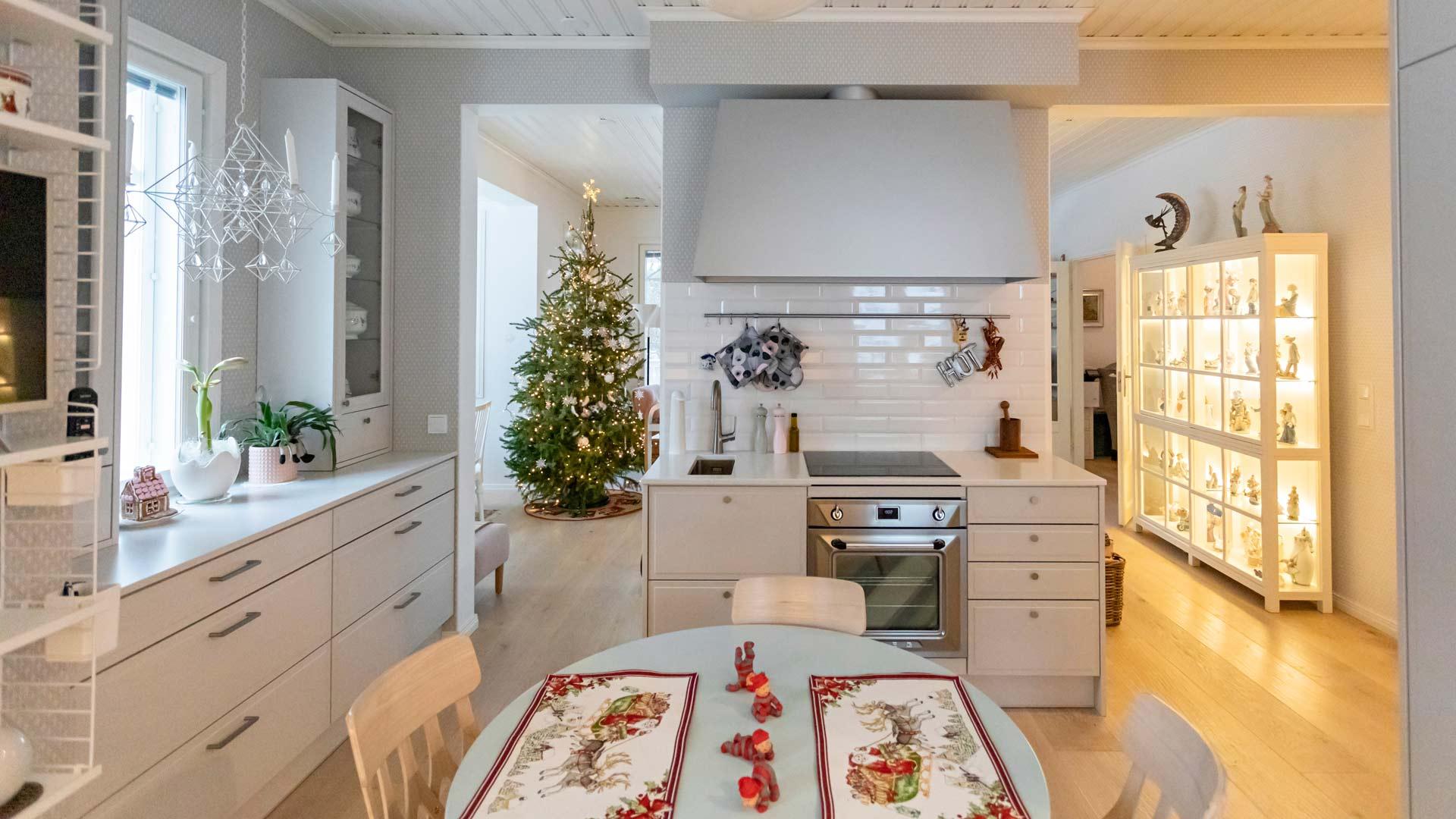 Tontut ja joululiinat ilmestyvät keittiönpöydälle joka joulu. Olohuoneessa olevaa joulukuusta voi ihailla keittiöstäkin.