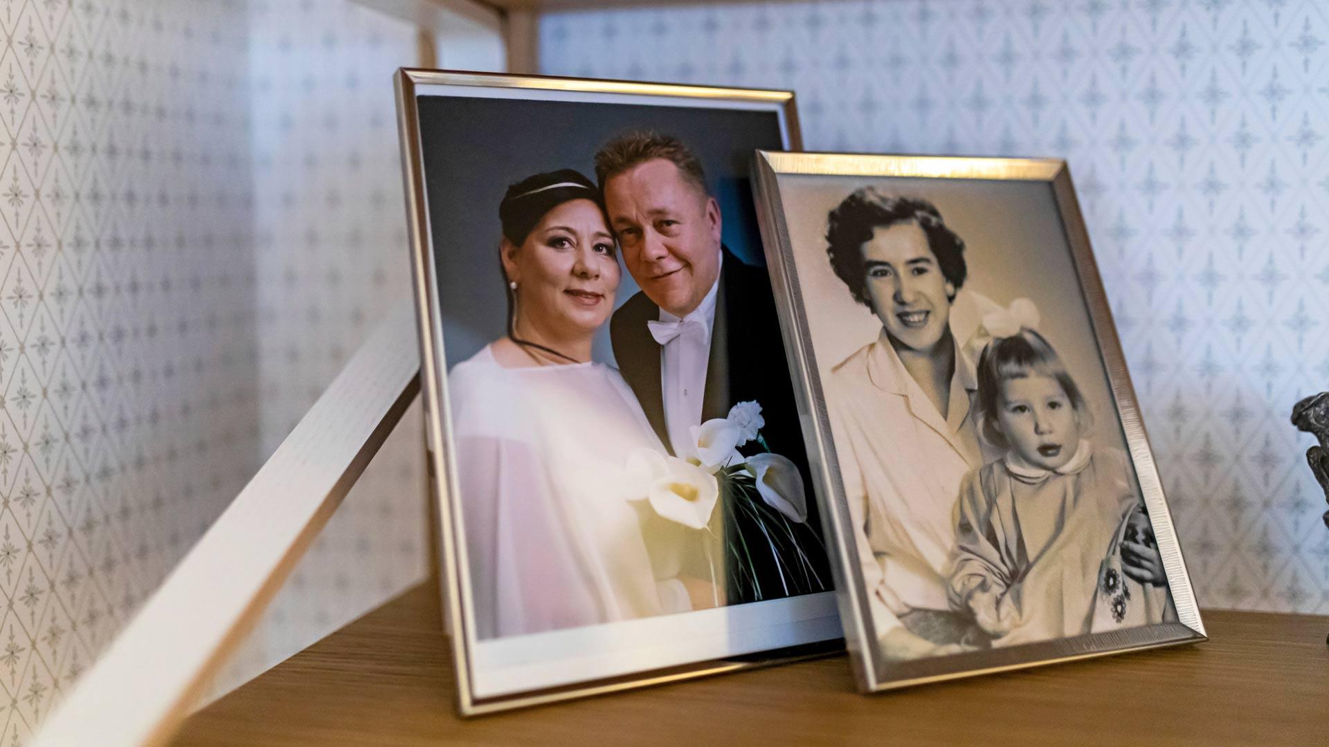 Armin ja Pertin hääkuvan vieressä on kuva, jossa nelivuotias Armi on äitinsä kanssa.
