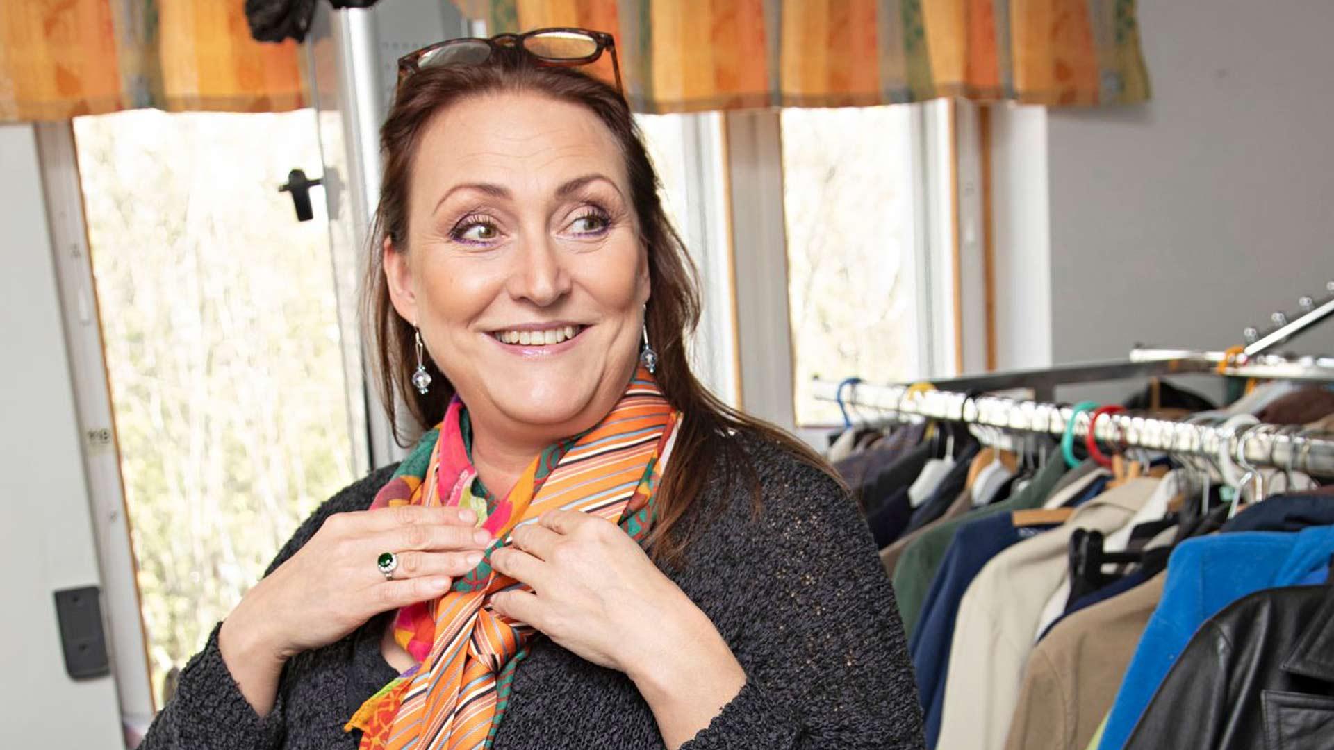 """Rinna Paatso keksi solmioille uutta käyttöä. """"Näistä voisi ommella kauniita ja värikkäitä koronamaskeja."""""""