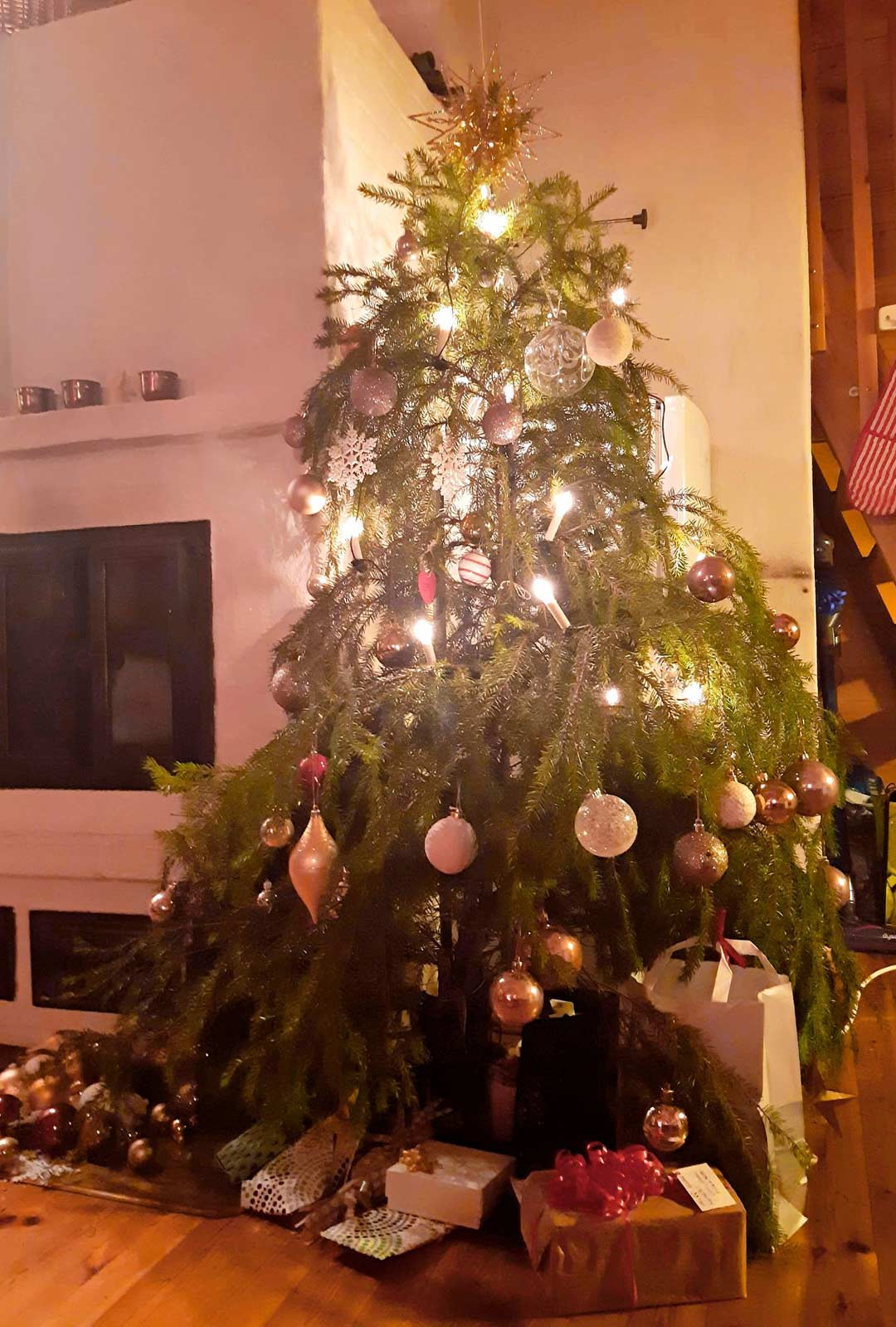 Hilla sai joulujuhlaansa kuusen lahjoituksena. Paikallinen yrittäjä halusi sponsoroida kuusen alle lahjat.