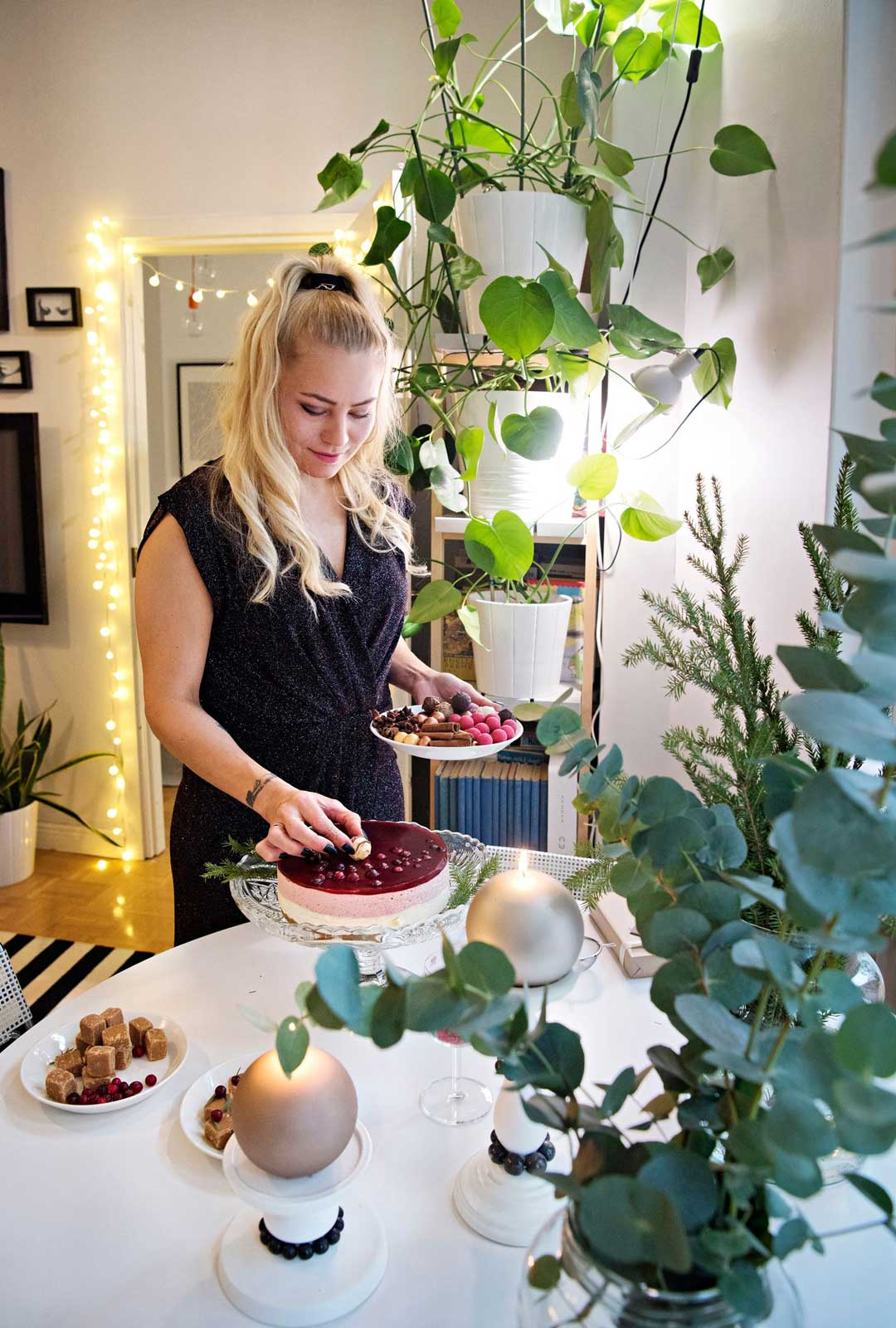 """Hilla Pekkanen on saanut yhteydenottoja tuntemattomilta, jotka kertovat inspiroituneensa hänen esimerkistään ja aikovat itsekin kutsua jouluvieraita. """"Kannustan lämpimästi kokeilemaan!"""""""