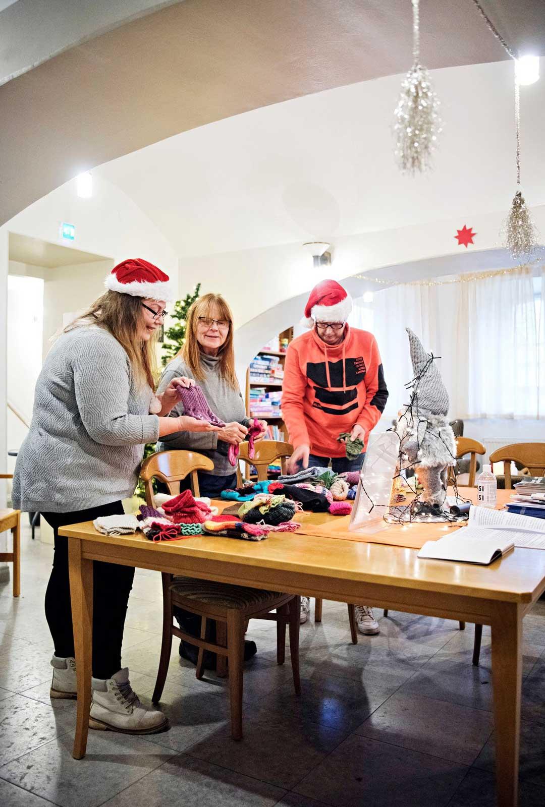 Annen idea yhteisöllisestä aatosta lähti lapasista. Entisestä jouluskeptikosta tuli Haminan epävirallinen jouluhörhö.
