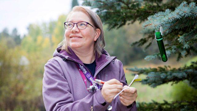 Geokätköilyharrastus antaa Anne Puistolle löytämisen riemua ja itsensä voittamisen tunnetta.