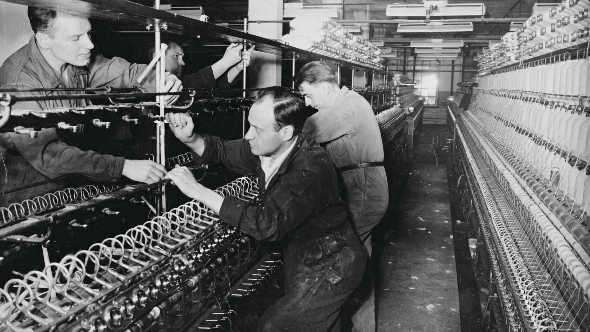 Väinö Linnasta otettiin kirjailijakuvia Finlaysonin tehtaan konepajalla Tampereella vielä keväällä 1955.