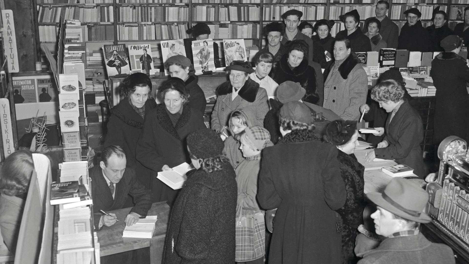 Tuntematon tuli kirjakauppoihin 3. joulukuuta 1954, eikä sen jälkeen Linnan tarvinnut enää kerjätä kustantajalta pikavippejä. Tässä Linna jakaa omistuskirjoituksia helmikuussa 1955.