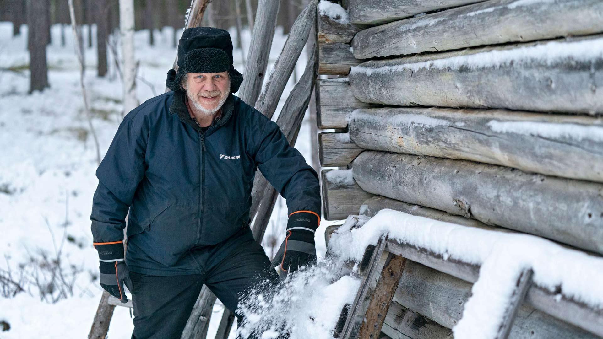 Joulupukin hahmoa tutkinut Eero Perunka asuu tutkimuskohteensa tavoin Lapin perukoilla, porojen keskellä. Metsurina Saksassakin työskennellyt Perunka muutti takaisin lapsuudenkotiinsa 1990-luvulla.