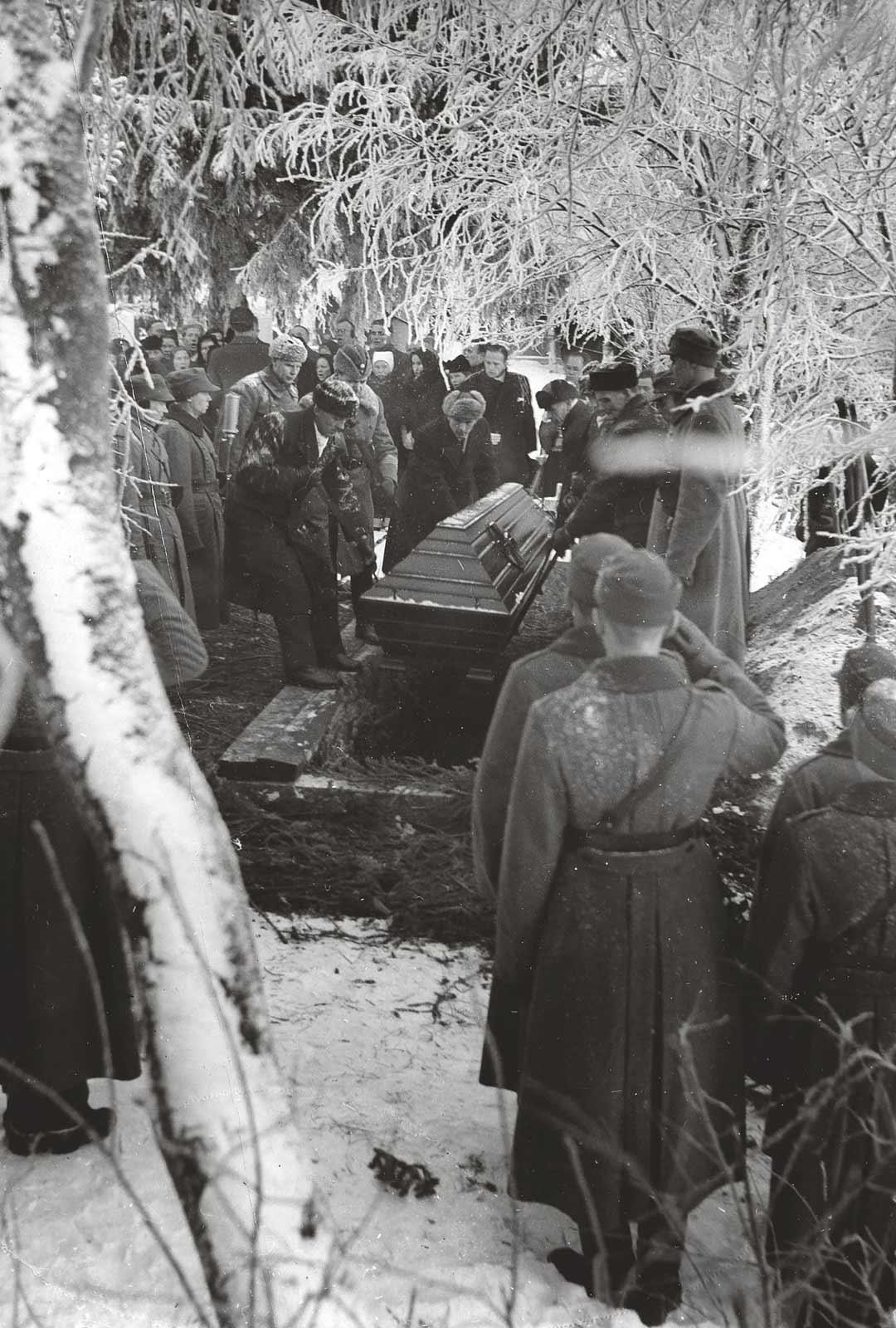 Presidentti Kyösti Kallio laskettiin haudan lepoon Nivalan kirkkomaalla. Arkun laskivat presidentin pojat Veikko ja Kalervo, kaksi vävyä, presidentin veli ja adjutantti, eversti Aladár Paasonen.