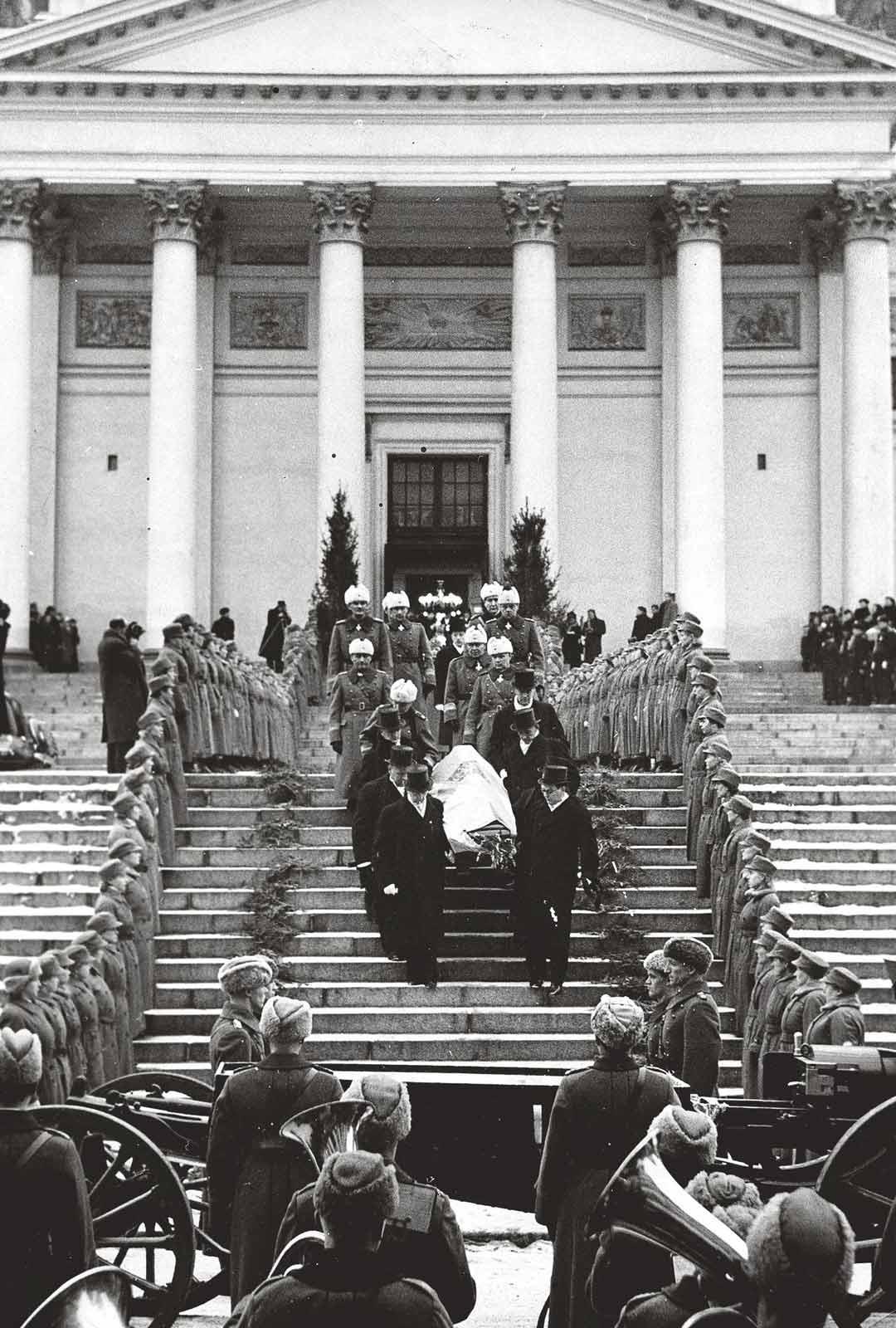 Pääosin istuvan hallituksen jäsenet kantoivat presidentti Kallion arkun ulos Helsingin suurkirkosta kadulle, missä arkku nostettiin kahden hevosen vetämälle tykinlavetille.