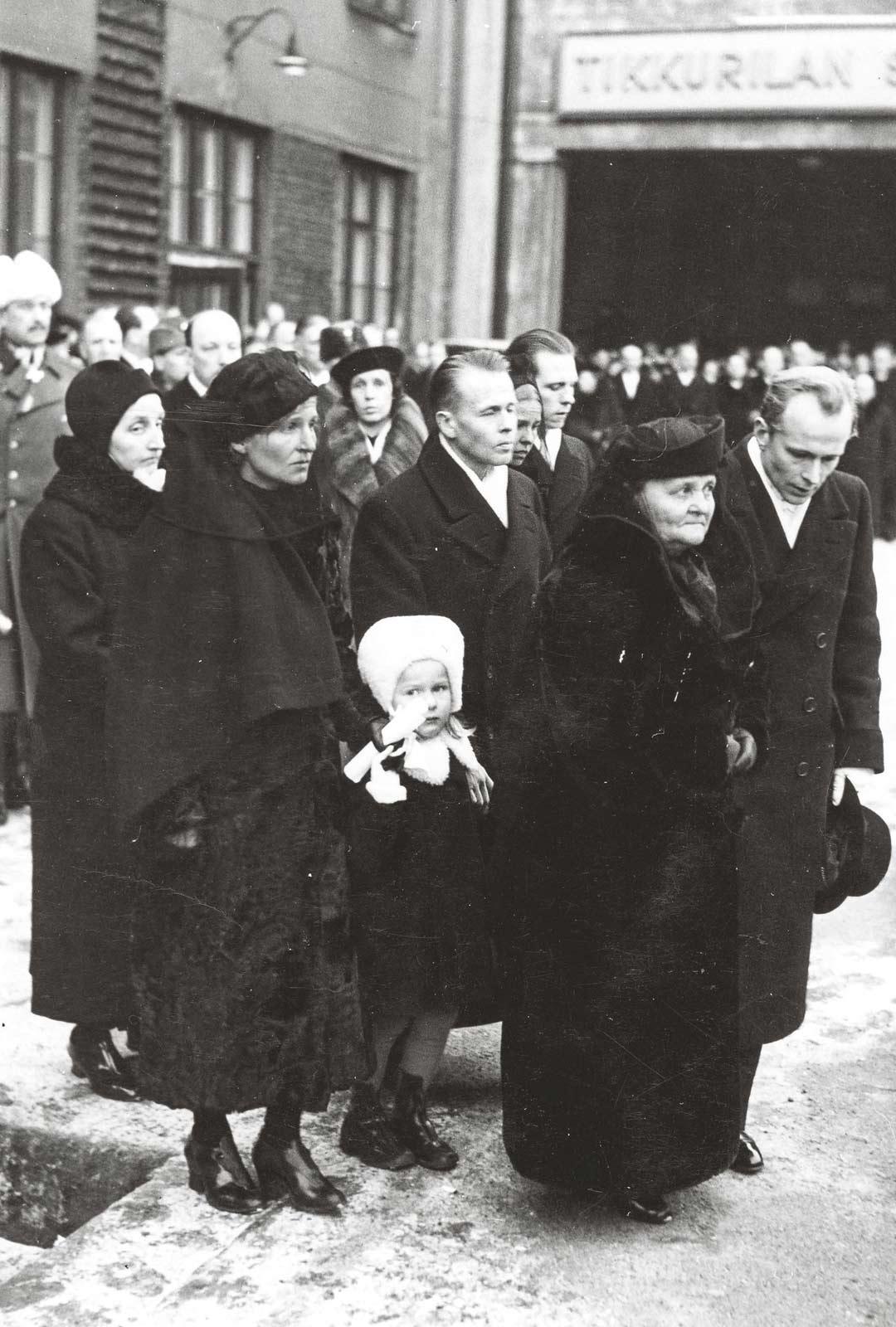 Presidentin perhe saattoi arkun Pohjanmaan junaan. Taustalla marsalkka Mannerheim ja uusi presidentti Risto Ryti.