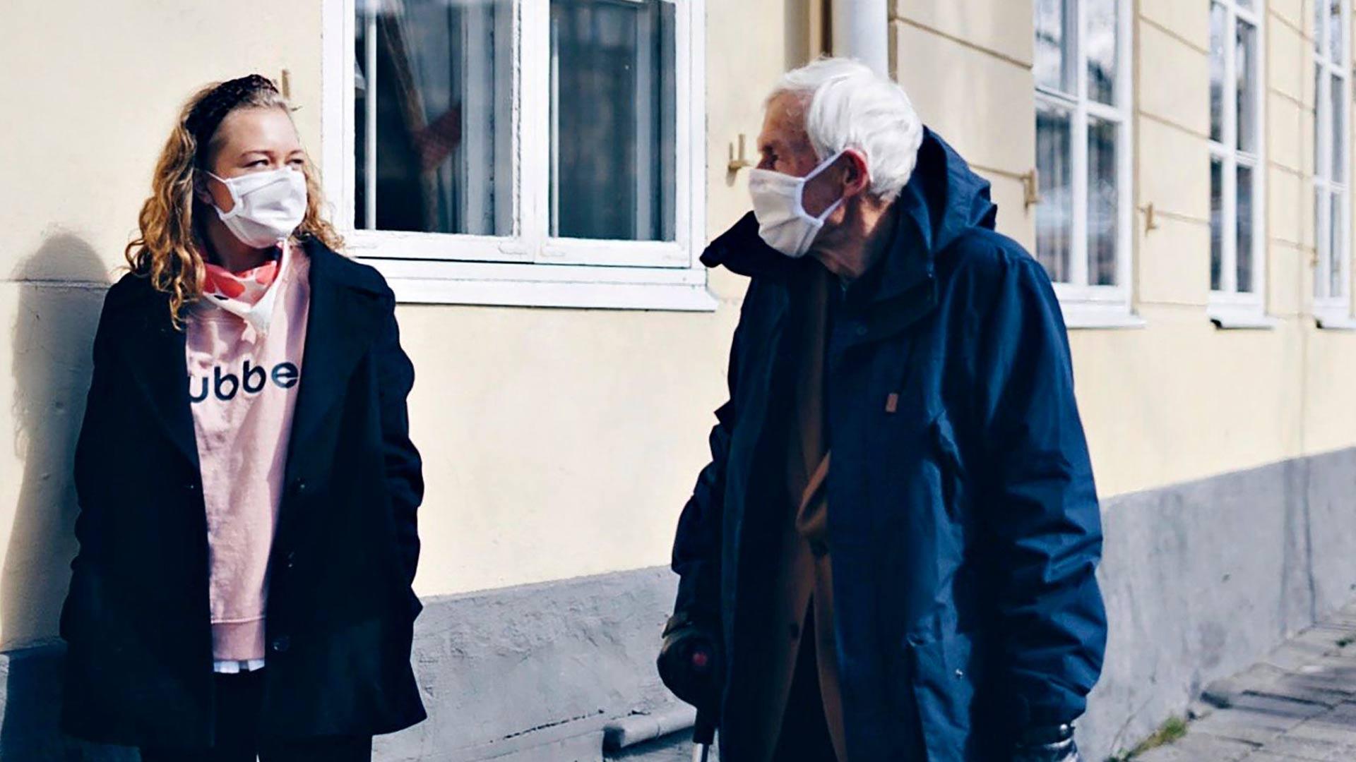 Kummivierailijoita voi lahjoittaa yksinäisten vanhusten iloksi. Kaupunkien kotihoitoyksiköt valikoivat avunsaajat turvallisesti.