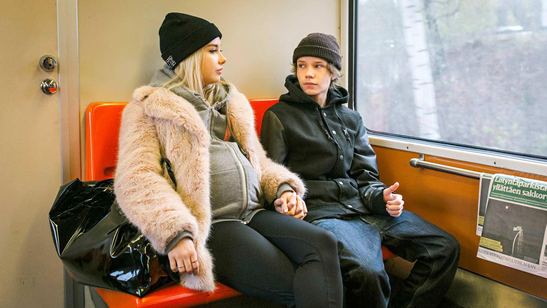 Hölmö nuori sydän, elokuvaa tähdittävät Rosa Honkonen ja Jere Ristseppä ovat hiukan amatöörimäisiä, mutta muuten raikkaita tuoreita kasvoja.