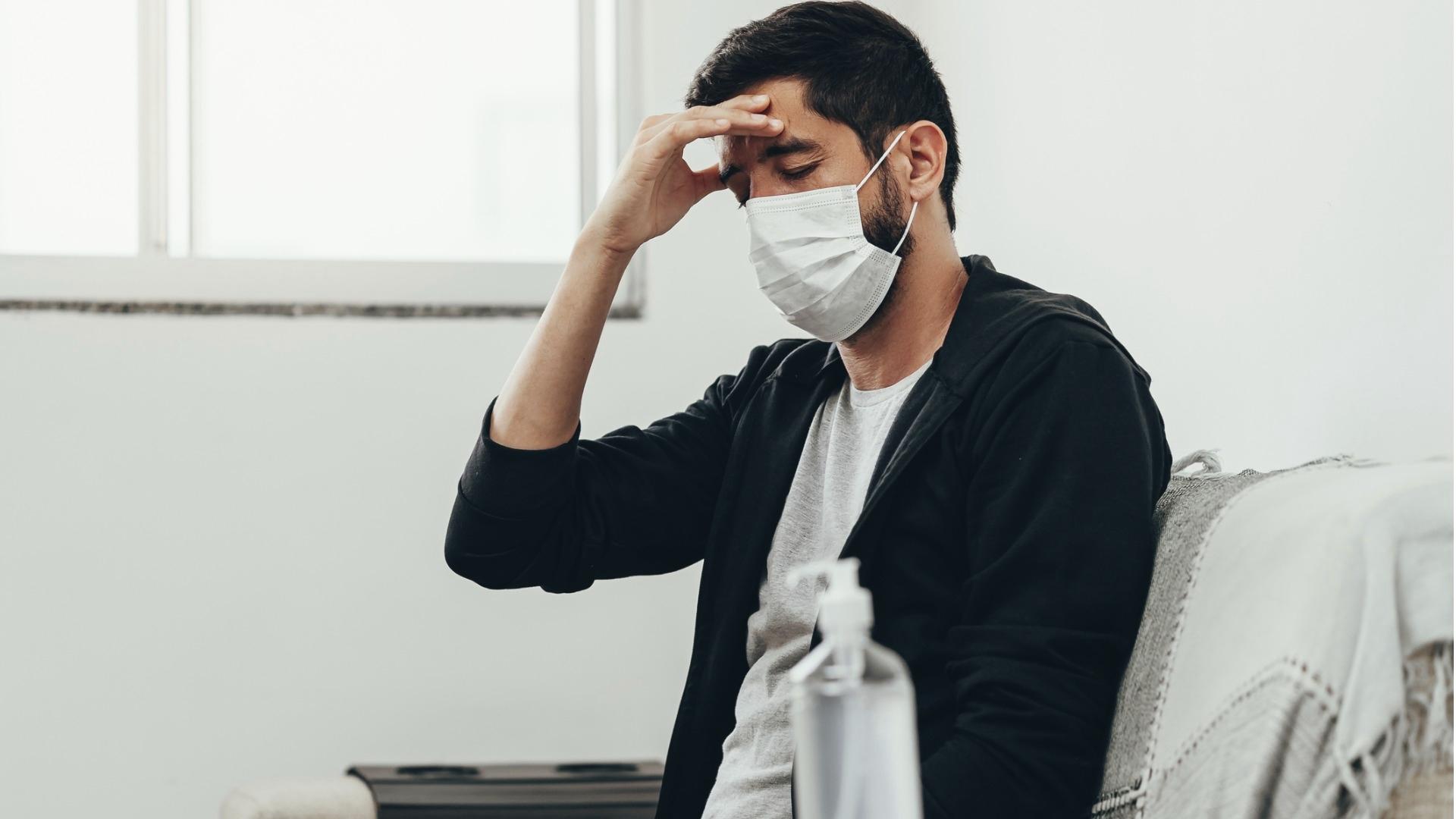 Pitkää koronaa sairastavat voivat kärsiä esimerkiksi pääkivuista, nivelsäryistä, kroonisesta väsymyksestä, univaikeuksista ja hiustenlähdöstä.