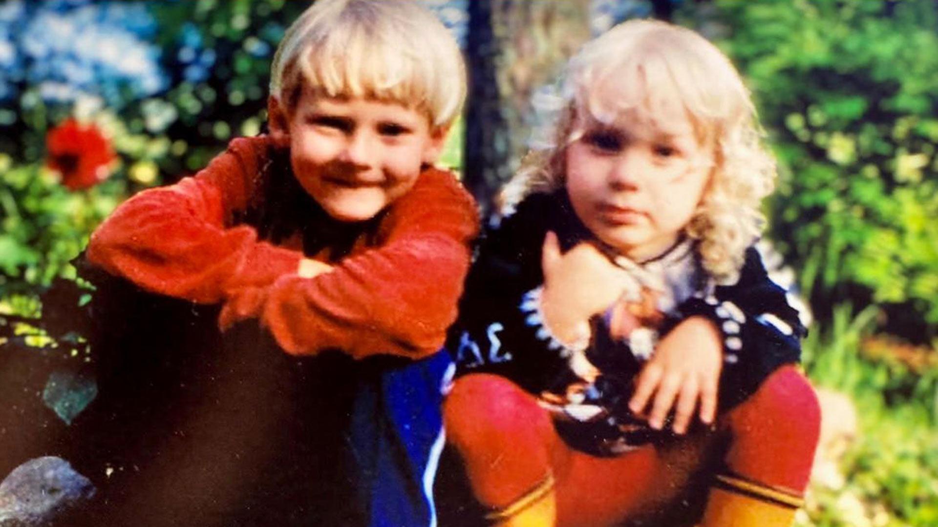 """Jonne Aaron ja Ville Juhani mummolassa Kiimajärven rannalla. """"Meillä oli siellä samanlaista kolttosmeininkiä kuin elokuvassa Pikkupojat"""", Jonne muistelee."""