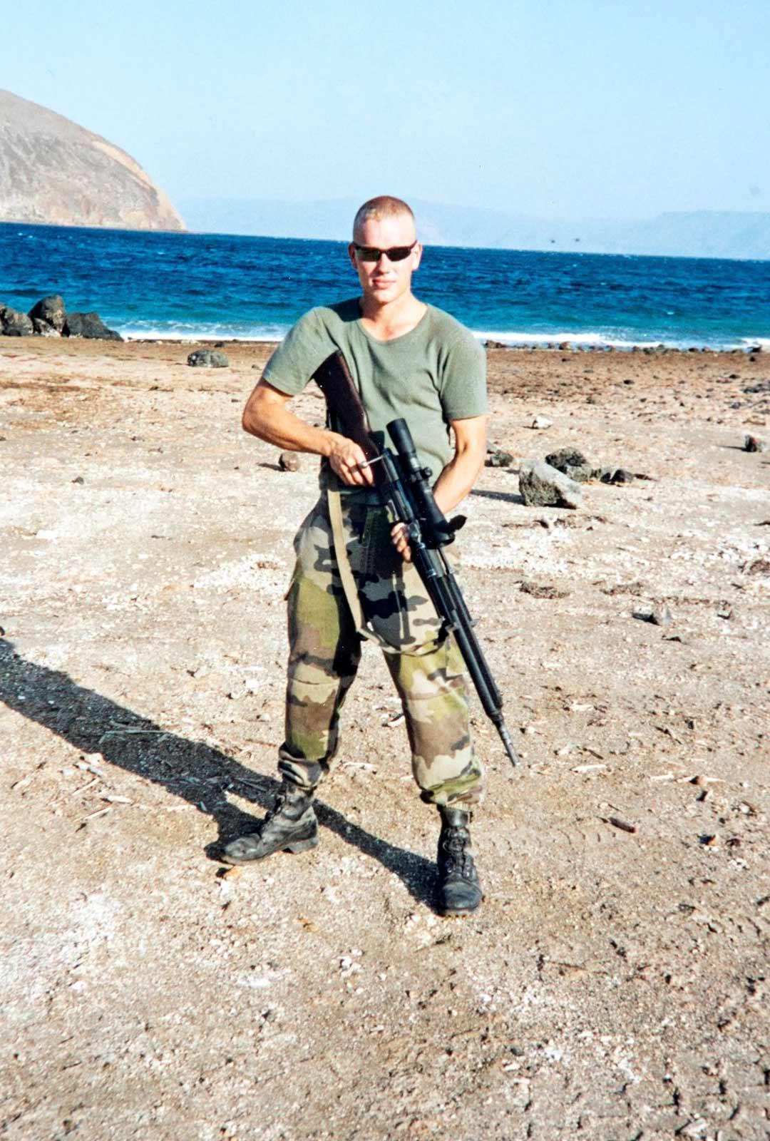 Ulkomaankomennuksilla muun muassa Djiboutissa, Kosovossa ja Makedoniassa Salmi tottui katsomaan kovat piipussa sissejä ja muita taistelijoita.