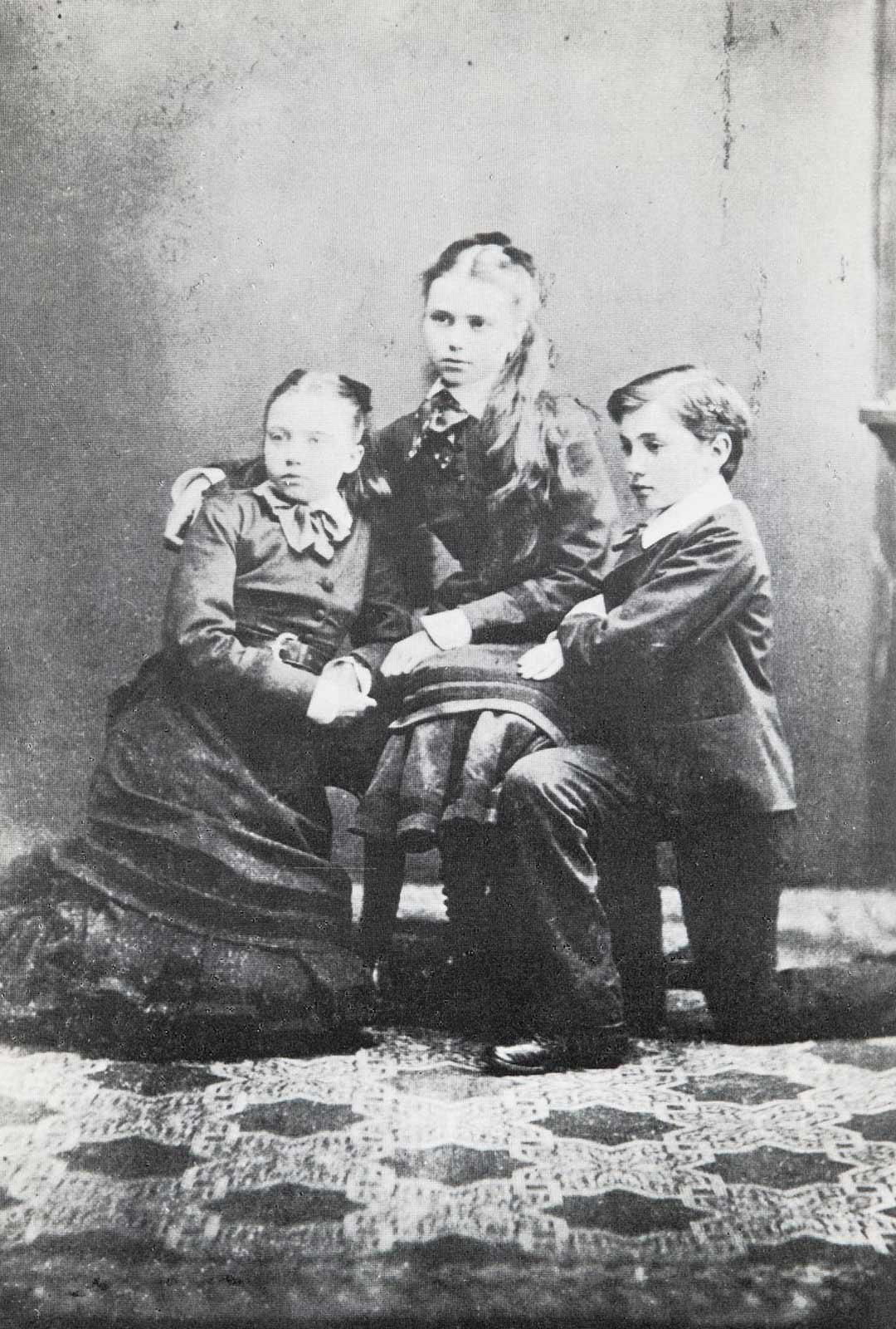 Marie Linder kärsi joutuessaan olemaan pitkiä aikoja erossa lapsistaan, kun hän hoidatti itseään Euroopan parantoloissa. Kuvassa vasemmalta Marie, Emelie ja Hjalmar, josta tuli aikanaan Suomen rikkain mies. Kun Linderit olivat vuonna 1868 taas kerran avioeron partaalla, heidän kerrottiin alustavasti sopineen, että äiti huolehtisi pienestä Mariesta ja isä vanhemmista lapsista.