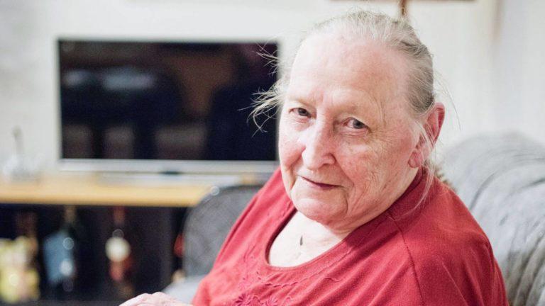 Lea Heinäaron tytär halusi lievittää äitinsä yksinäisyyttä palkkaamalla hänelle seuralaisen vanhusten maksullisesta seurapalvelusta. Lea viihtyy Raijan seurassa loistavasti.