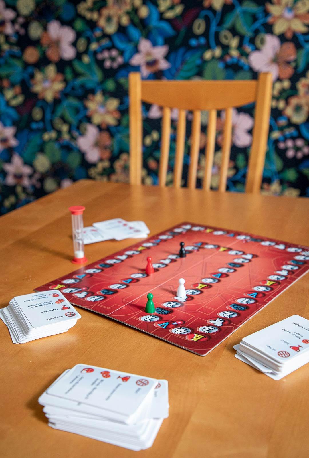 """""""Minulla on paljon ystäviä, ja yhdessä teemme kaikenlaista mukavaa. Saatamme esimerkiksi pelata kortti- tai lautapelejä, kuten Aliasta, Yatzya tai ristiseiskaa"""""""