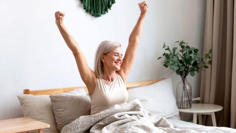Jos kuumat aallot haittaavat nukkumista, on järkevä jatkaa vaihdevuosihoitoa.