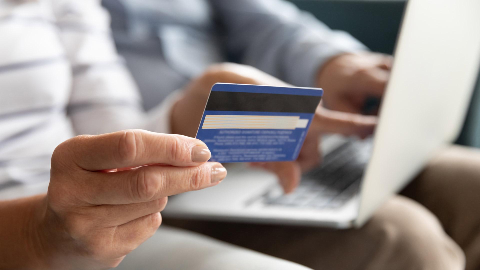 Jos lentoyhtiölle tai matkanjärjestäjälle käy köpelösti eli tulee konkurssi, saat rahasi takaisin, kun olet maksanut luottokortilla.