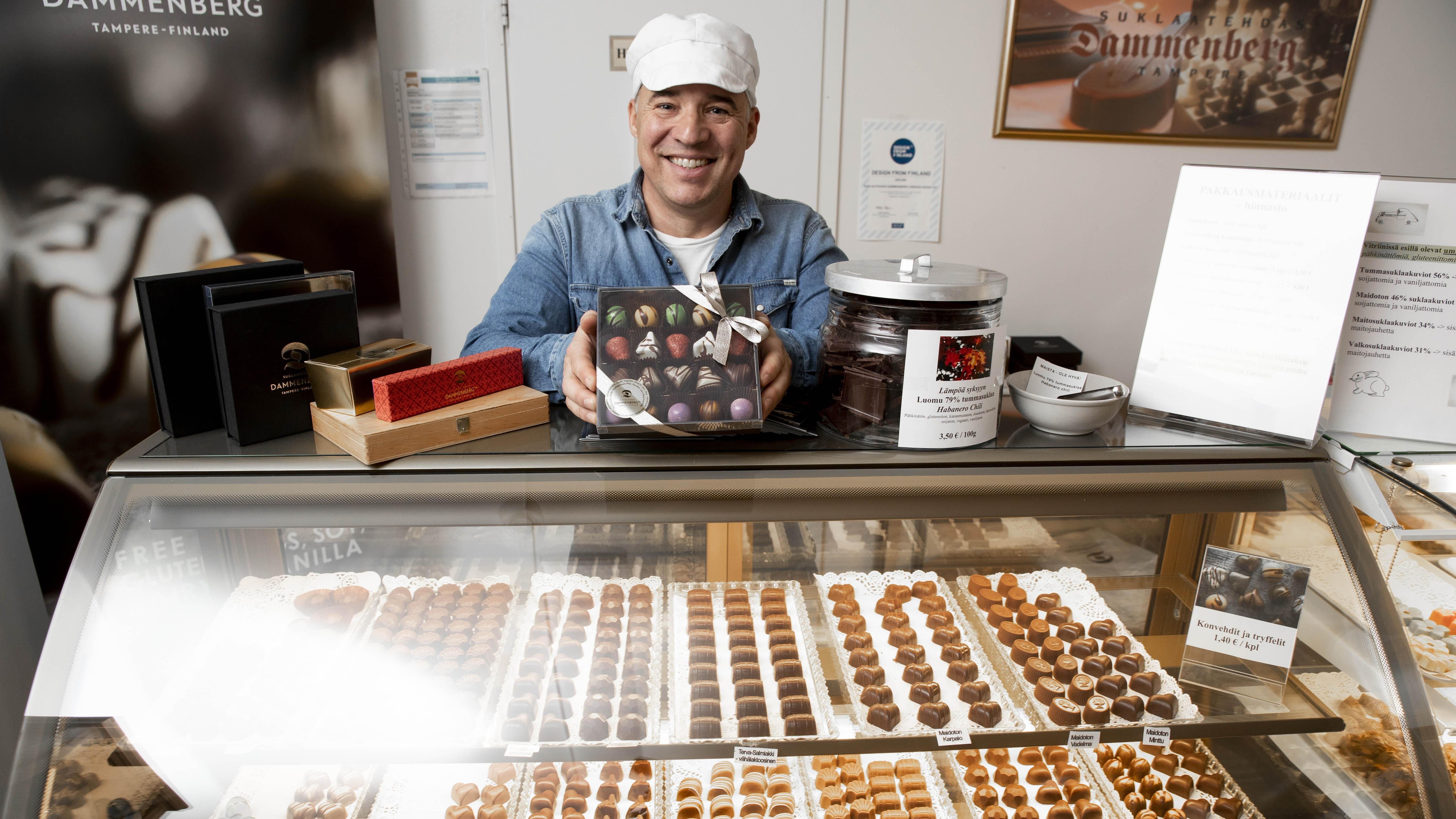 Suklaatehdas Dammenbergin omistaja ja suklaamestari Marko Iso-Kungas esittelee valikoimaansa tehtaanmyymälässä. Suklaata voi tehdä itsekin.