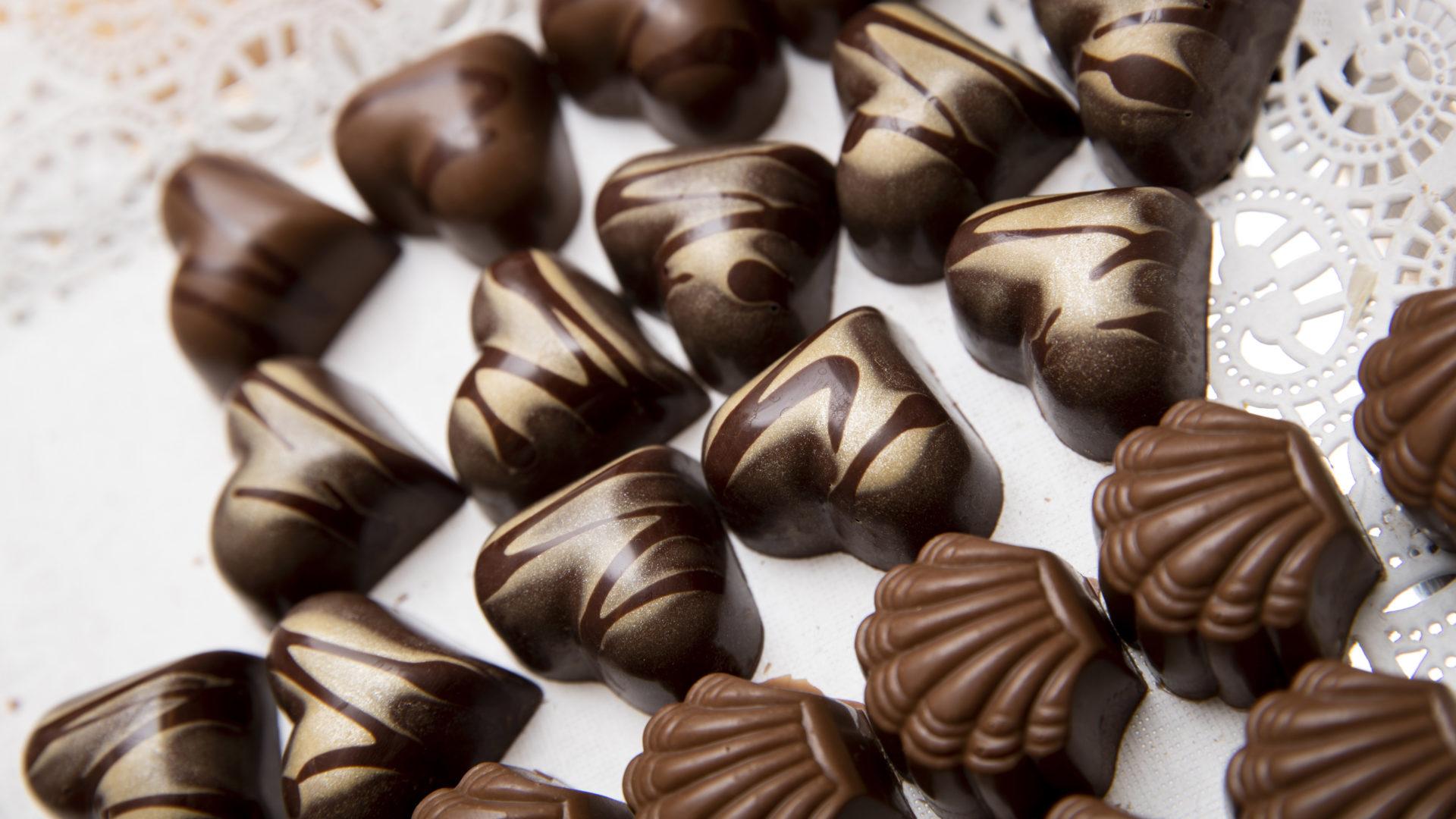 Suklaasta syntyy monenlaisia tuotteita. Kuvassa keskellä keskieurooppalaistyyppinen tumma ja täyteläinen ganash.