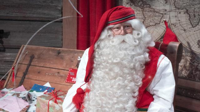Joulupukki kammarissaan Joulupukin pajakylässä Rovaniemellä joulukuussa 2020.