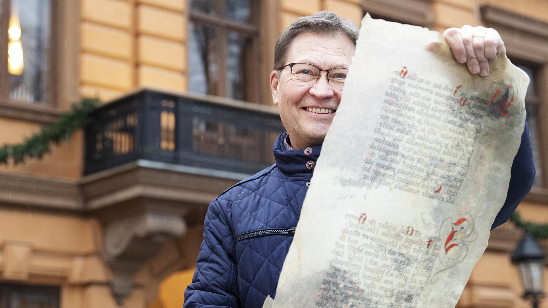 Mika Akkanen lukee joulurauhan julistuksen