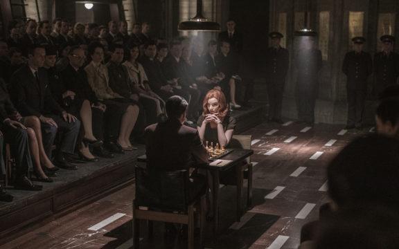Musta kuningatar nousi Netflixin kuumimmaksi sarjaksi. Pääosan esittää Anya Taylor-Joy.