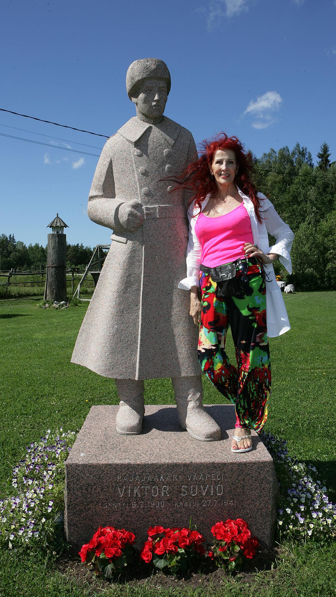Aira Samulin ja isä Viktor Savion patsas