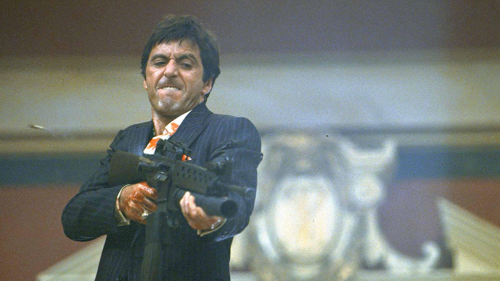 Al Pacino vetää gangsterin roolin asenteella elokuvassa Scarface – Arpinaama.