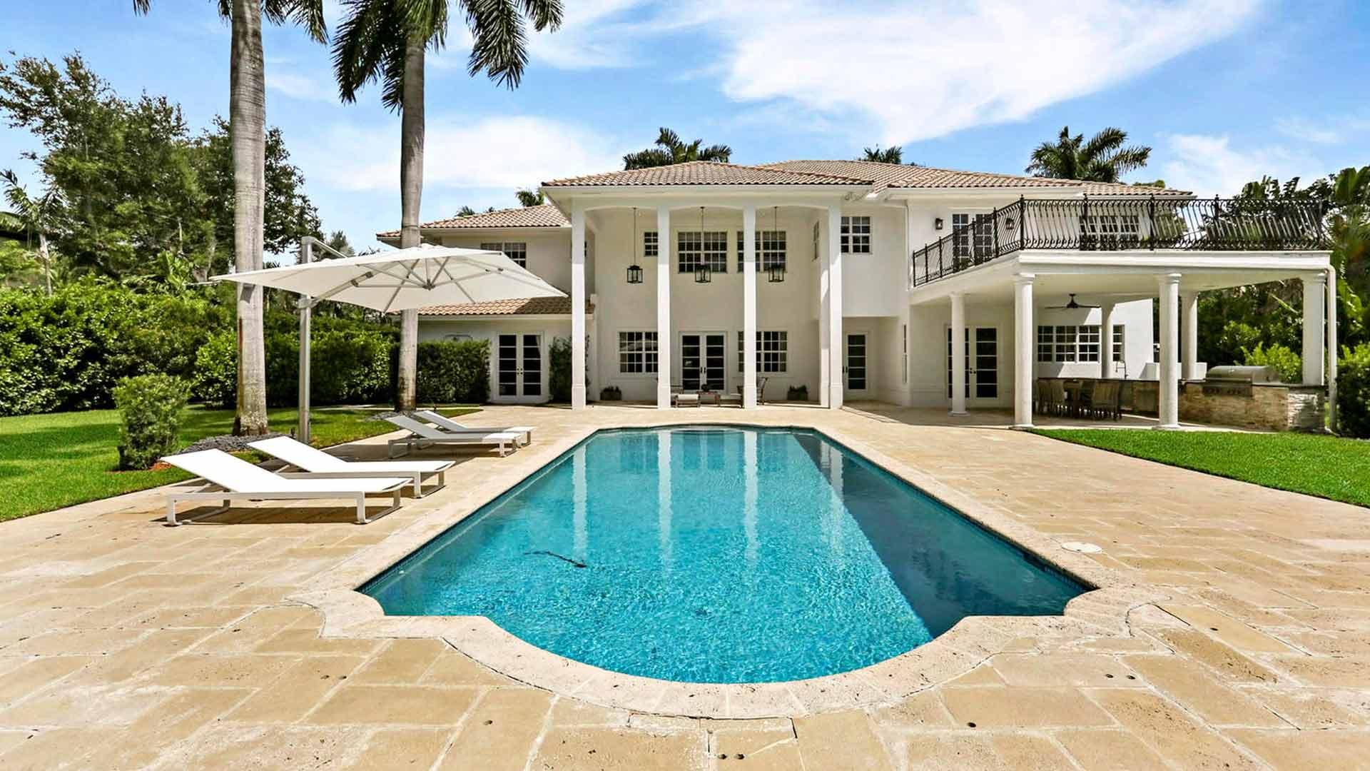 Perheen uudessa kodissa on upea uima-allas. Madeleine ja Chris maksoivat hulppeasta huvilastaan 3 miljoonaa dollaria eli noin 2,5 miljoonaa euroa.