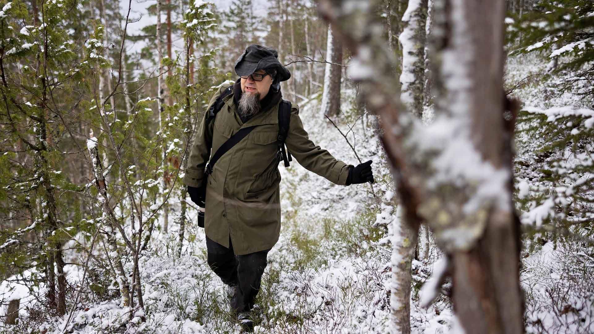 Anssi Toivanen taivaltaa Hornanmäellä, jossa kansantarun mukaan asui hiisiä.