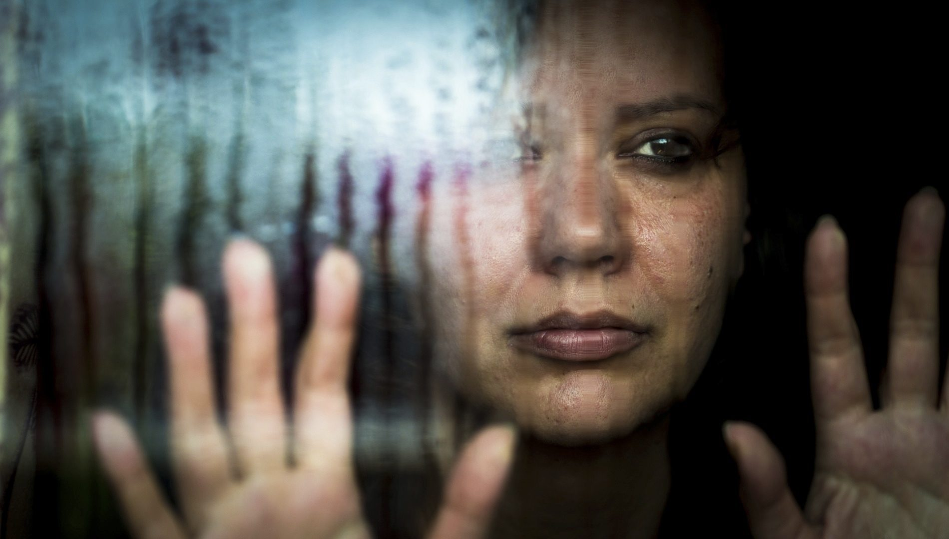 Sateenkaari-ihmisten suhteet ovat monille yhä se paikka, jossa saa olla paossa muulta yhteiskunnalta. Sen vuoksi lähisuhdeväkivalta on erityisen satuttavaa.