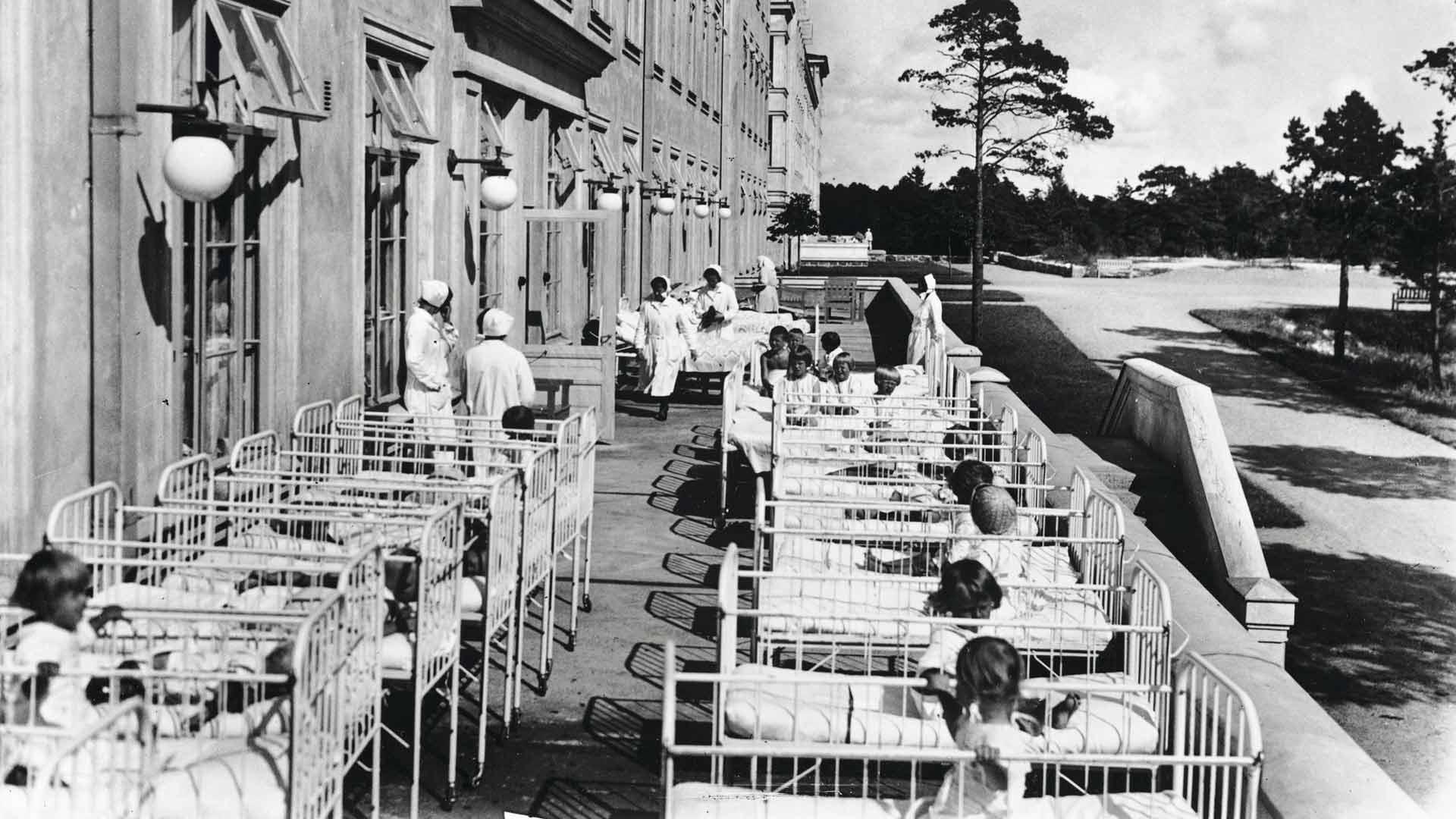 Lapsipotilaita 1930-luvulla Laakson sairaalan ulkomakuusalissa Helsingissä.