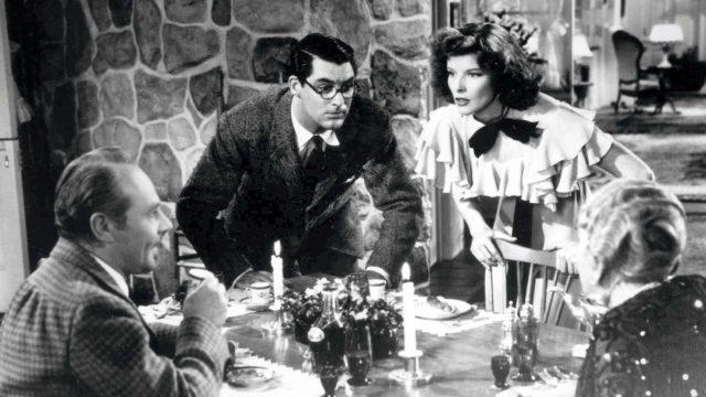 Hätä ei lue lakia, kuvassa keskellä Cary Grant ja Katherine Hepburn.