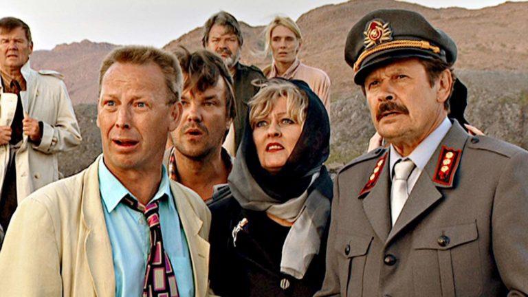 Hurmaava joukkoitsemurha,kuvassa edessä vasemmalta oikealle Tom Pöysti, Juha Veijonen, Liisa Paatso ja Heikki Kinnunen. Taustalla Eero Melasniemi ja Mira Kivilä.