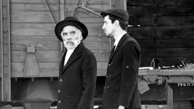 Sámuel Hermann (Iván Angelusz) ja hänen poikansa (Marcell Nagy) saapuvat unkarilaiseen kylään elokuvassa 1945.