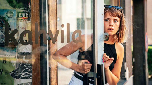 Aikuiset, kuvassa näyttelijä Anna Airola.