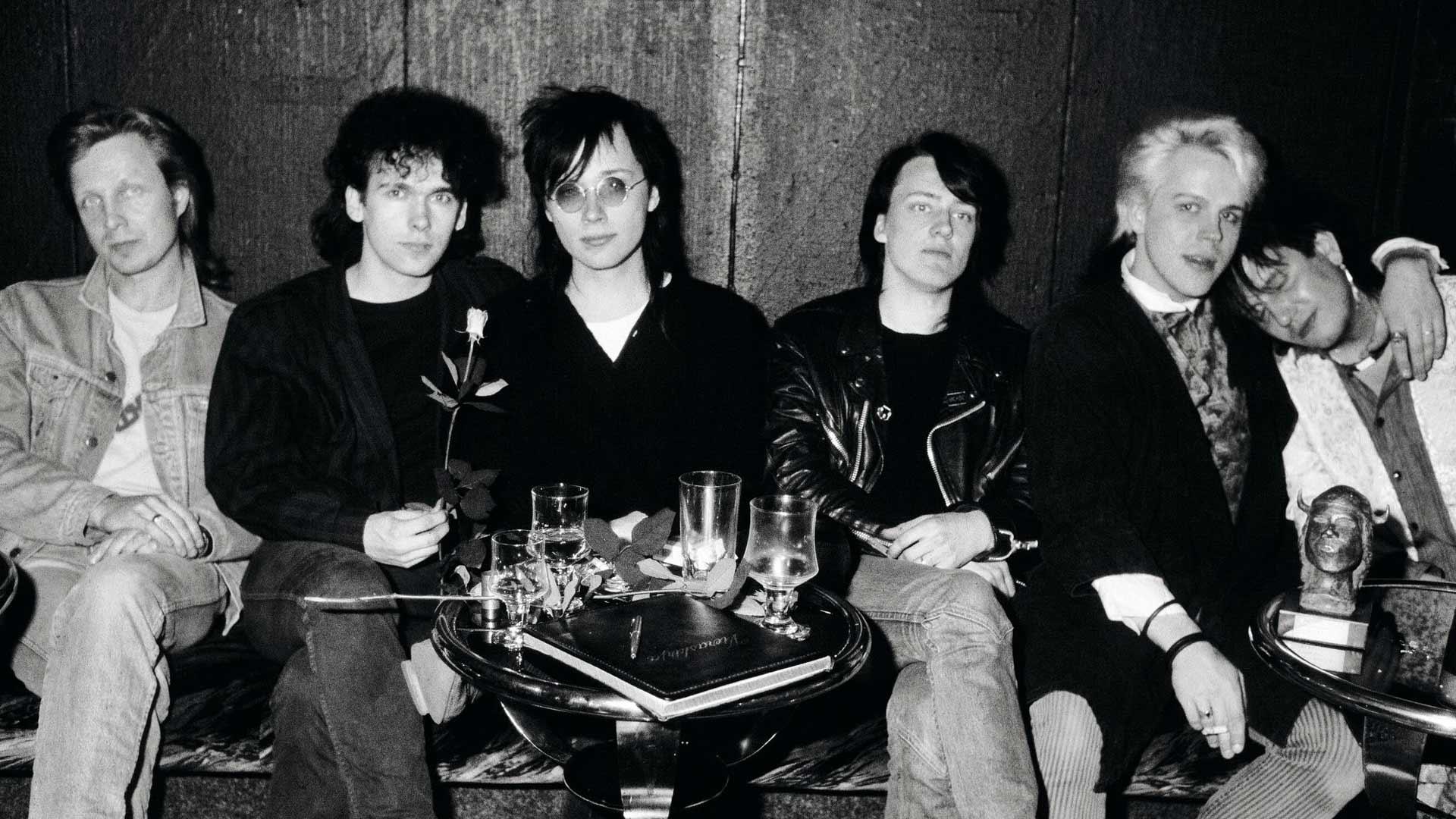 Tuottaja Pave (vas.) Emmoja kahmineen laumansa kanssa 1985: Pepe, Pete, Quuppa, Neumann ja Jonttu.