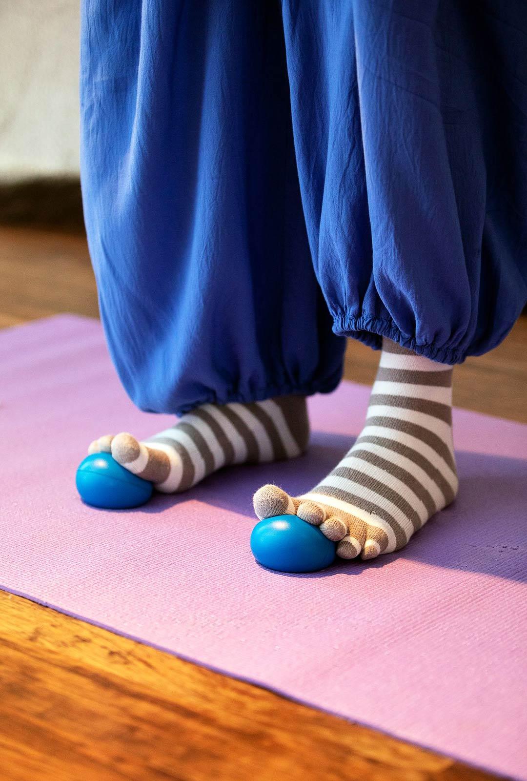 Kantapään tulehdus on etenkin seisomatyötä tekeville yleinen vaiva, josta toipuminen kestää pitkään. Jalkateriä voi vahvistaa esimerkiksi Footbic-pallojen avulla.